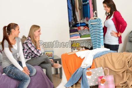 chica joven mostrando camisa amigos despues