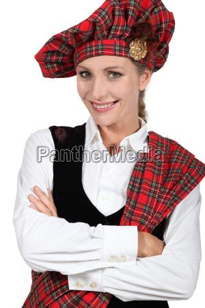 mujer en traje tradicional escoces