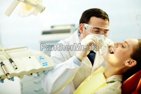 revisando los dientes