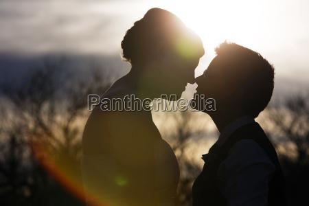 espalda iluminada pareja amorosa