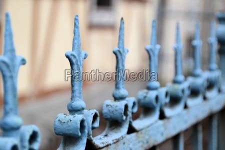 una valla metalica en la parte