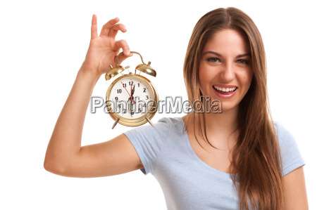 mujer caucasica joven con despertador