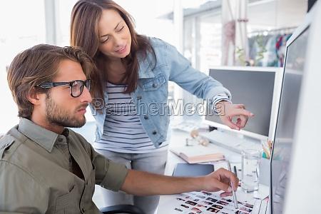 mujer oficina risilla sonrisas carrera teclado