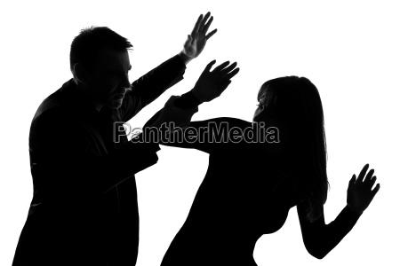 una pareja hombre y mujer violencia