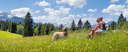 alpes persona primavera prado montanya paisaje