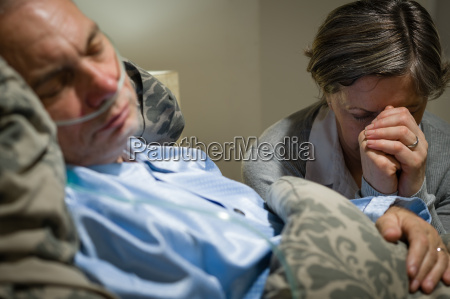 vieja esposa rezando por el marido