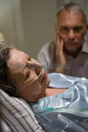 mujer sentimientos emociones cama triste caucasico