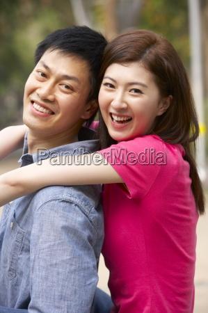 pareja china joven que se relaja