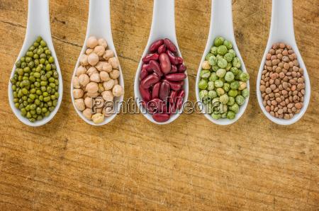 varias legumbres en las cucharas de