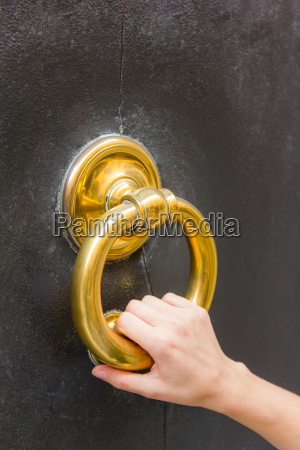 mano femenino laton llamar aldaba bronce