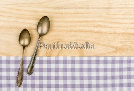 dos cucharas de plata sobre un