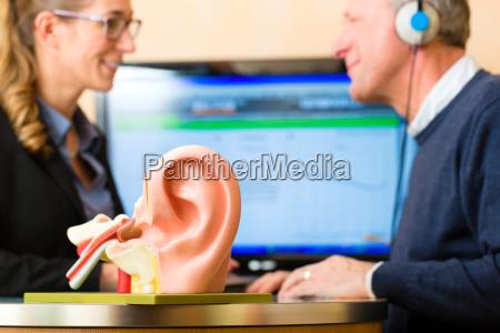 el hombre con problemas auditivos toma