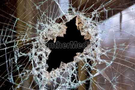 un agujero en un cristal de