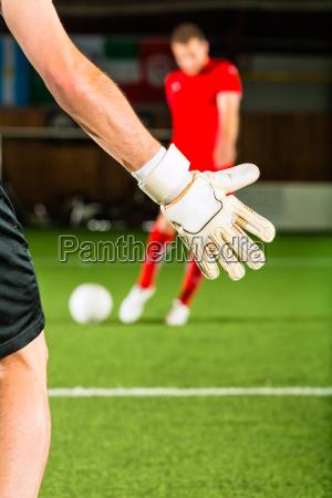 el hombre anota un gol
