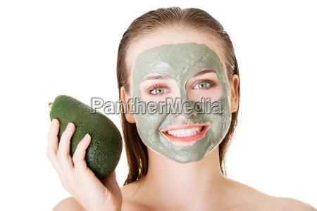 hermosa mujer con verde aguacate arcilla