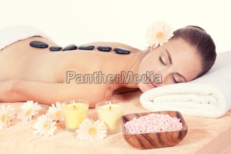 mujer attraktve joven consigue un masaje
