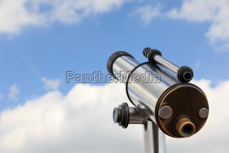 mirar con un telescopio hacia el
