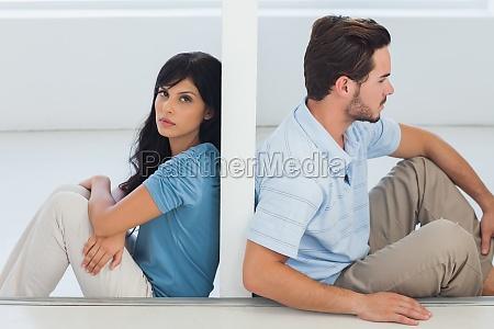 pareja sentada estan separados por la