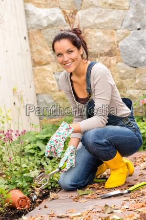 mujer instrumentos jardin patio trasero caucasico
