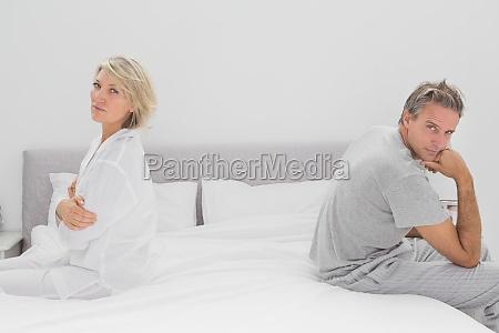 pareja sentada en lados opuestos de