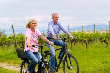 seniorer laver sport med cykel