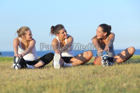 grupo de tres mujeres de estiramiento