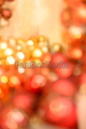 bombillas de navidad brillante fondo rojo
