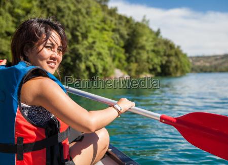 mujer, bonita, joven, en, una, canoa, en - 10137483