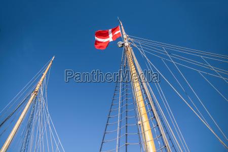 mastil y la bandera danesa en
