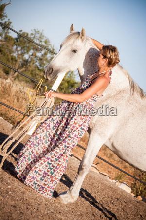 joven jinete entrena a su caballo
