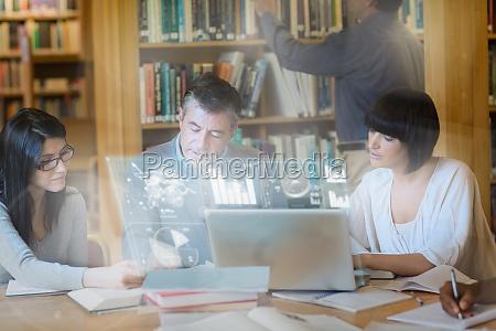 estudiantes maduros enfocados trabajando juntos en
