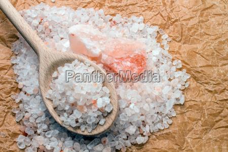 cuchara de madera con sal gruesa