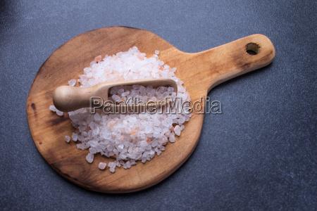 cuchara de medicion con sal marina