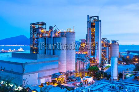 planta industrial durante el atardecer