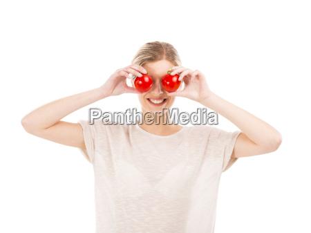 beaitiful mujer con tomates delante de