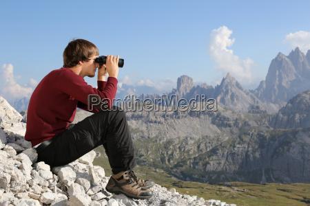 mirando al valle con prismaticos