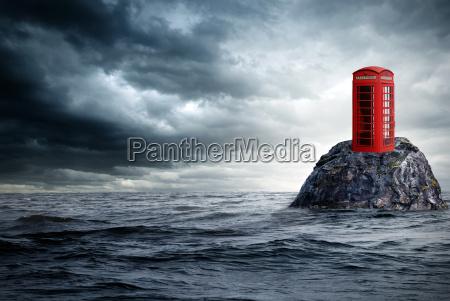 cabina de telefono roja sola en