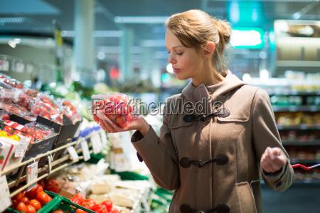 mujer bonita joven la compra de