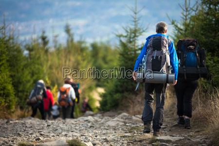 gente haciendo senderismo goiing por