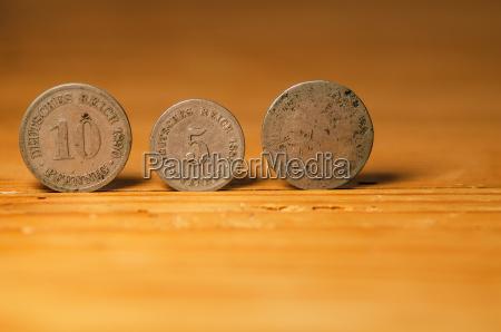 disenyo madera moneda dorado metal rico