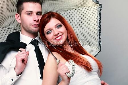 novio feliz pareja casada novia sobre