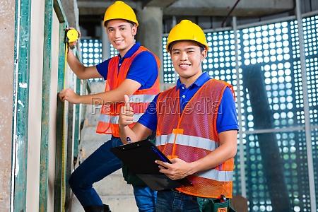 edificio de control de trabajadores asiaticos