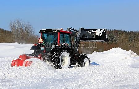 arado de nieve en un patio