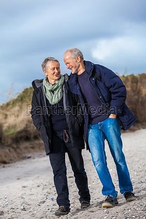 AEldre voksne seniorer par slentre pa