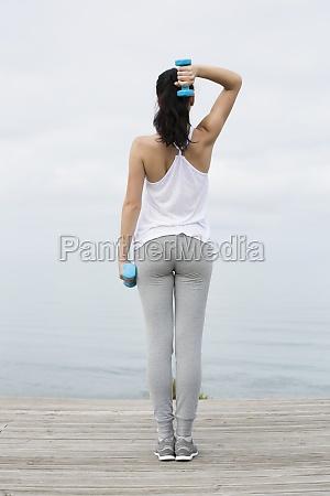 mujer haciendo ejercicios con pesas