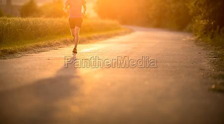 atleta masculino running en la