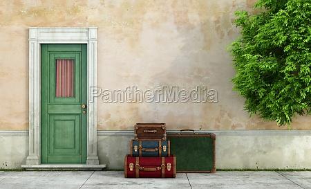 casa antigua con maletas vintage