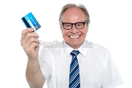 empresario de edad alegre sosteniendo una
