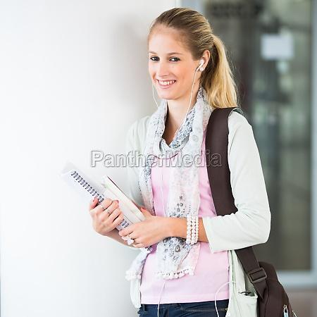 estudiante en campus guapa estudiante femenina