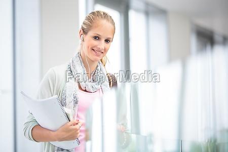 estudiante en el campus pretty mujer